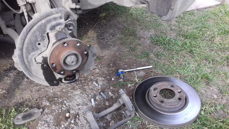 Замена передних тормозных дисков Лада Ларгус - рассказываю очень подробно